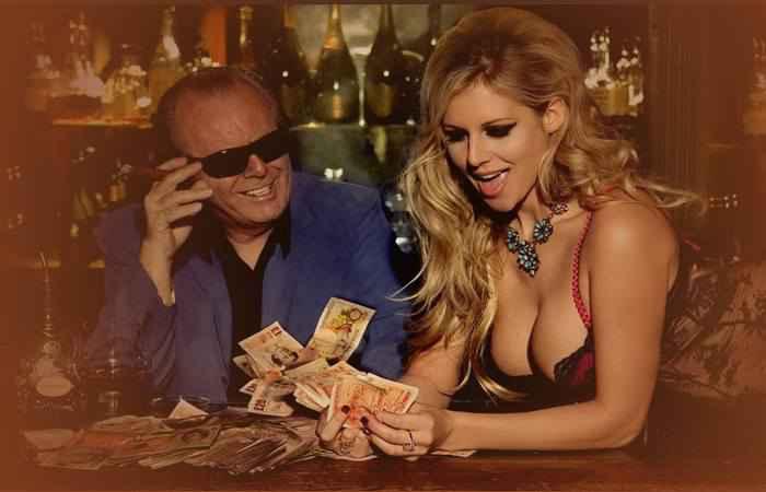 Мужчина считает деньги вместе с девушкой