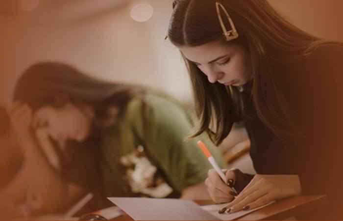 Девушки заполняют анкеты на работу