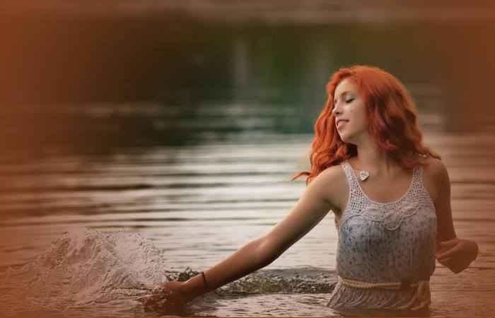 Девушка идёт по воде